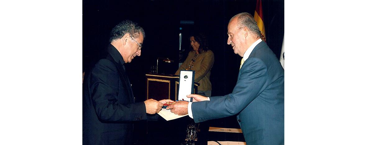 https://www.marcasrenombradas.com/wp-content/uploads/2011/08/ROBERTO-VERINO_MEDALLA-DE-ORO_01.jpg